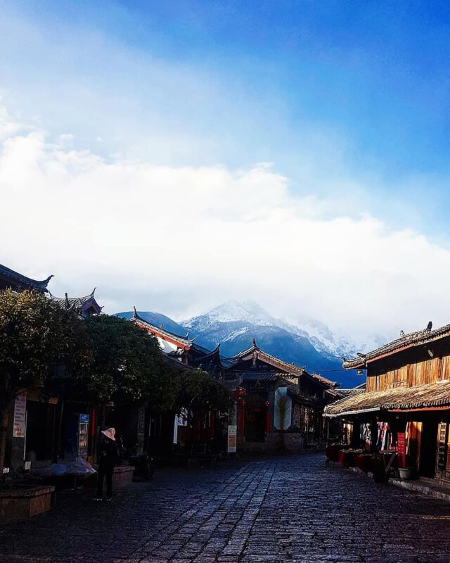 白沙镇 - Baisha Village is the oldest Naxi ethnic minority village located at the foot of the Jade Dragon Snow Mountain (can been seen here). It's less busy than Lijiang and Shuhe Ancient Town.